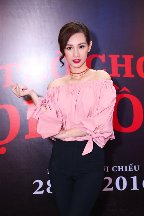 MC Quỳnh Chi diện đồ gợi cảm đến xem phim kinh dị - 1