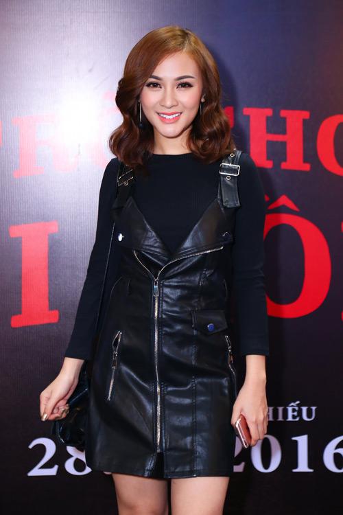 MC Quỳnh Chi diện đồ gợi cảm đến xem phim kinh dị - 4