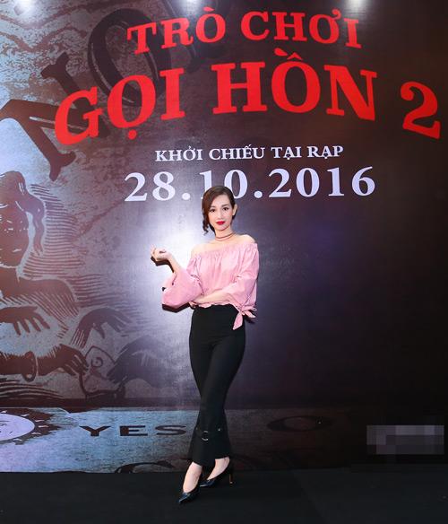 MC Quỳnh Chi diện đồ gợi cảm đến xem phim kinh dị - 2