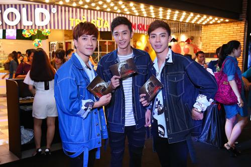 MC Quỳnh Chi diện đồ gợi cảm đến xem phim kinh dị - 6