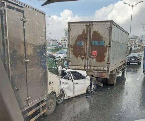 HN: Ô tô bẹp dúm, kẹt giữa 2 xe tải sau tai nạn liên hoàn - 1