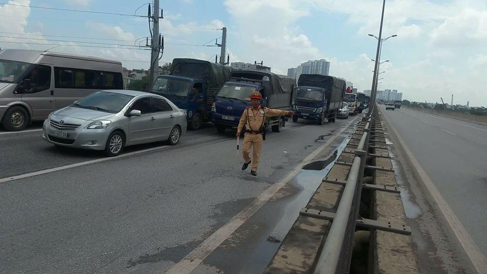 HN: Ô tô bẹp dúm, kẹt giữa 2 xe tải sau tai nạn liên hoàn - 2