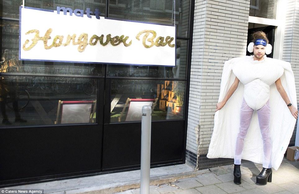Lộ diện quán bar cho người say đầu tiên trên thế giới - 1