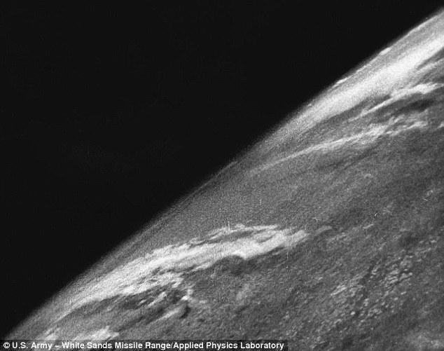 Bức ảnh đầu tiên chụp Trái đất từ…tên lửa 70 năm trước - 1