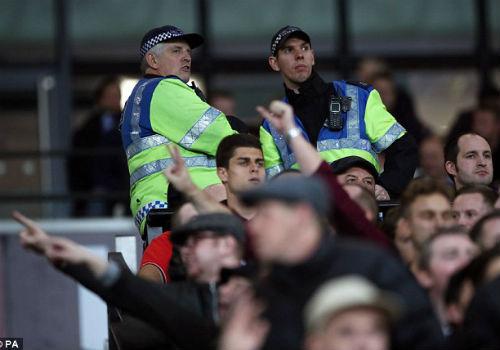 League Cup: Chelsea thua trận, fan ẩu đả kinh hoàng - 1