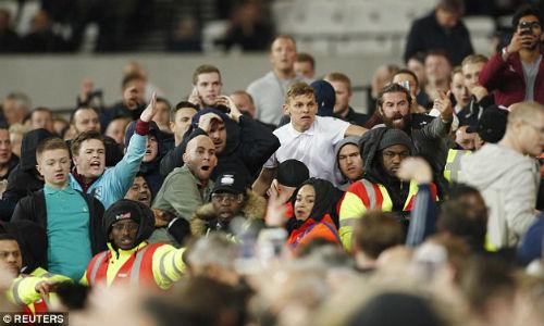 League Cup: Chelsea thua trận, fan ẩu đả kinh hoàng - 6