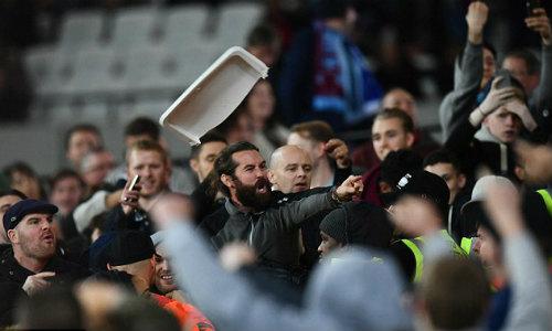 League Cup: Chelsea thua trận, fan ẩu đả kinh hoàng - 9