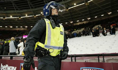 League Cup: Chelsea thua trận, fan ẩu đả kinh hoàng - 2