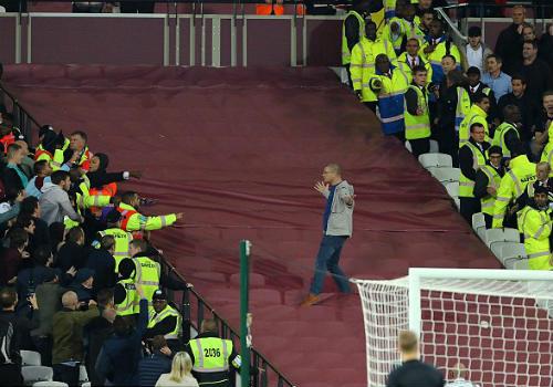 League Cup: Chelsea thua trận, fan ẩu đả kinh hoàng - 5