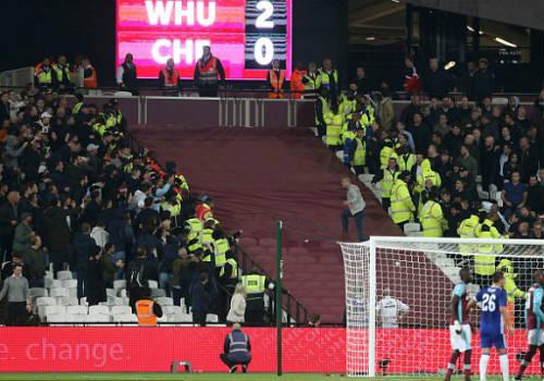 League Cup: Chelsea thua trận, fan ẩu đả kinh hoàng - 4