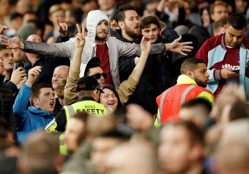 League Cup: Chelsea thua trận, fan ẩu đả kinh hoàng - 3