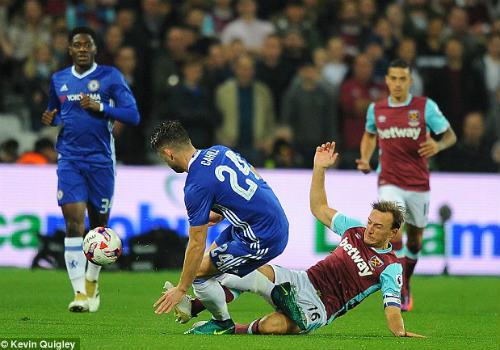 League Cup: Chelsea thua trận, fan ẩu đả kinh hoàng - 10
