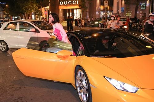 Cường đôla lái siêu xe đưa đón bạn gái sau tái hợp - 2
