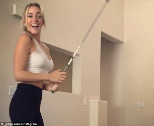 Cực ảo: Golf thủ đẹp nhất thế giới đánh bóng đập tường vào cốc - 3