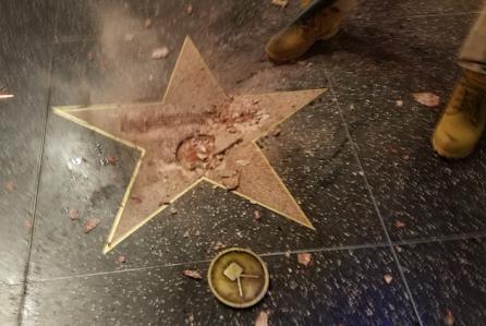 Ngôi sao của Trump ở Đại lộ Danh vọng bị đập nát - 1