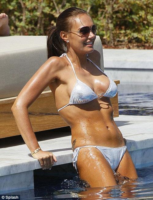 """""""Hồn bay phách lạc"""" với bikini sexy của ái nữ tỷ phú F1 - 7"""