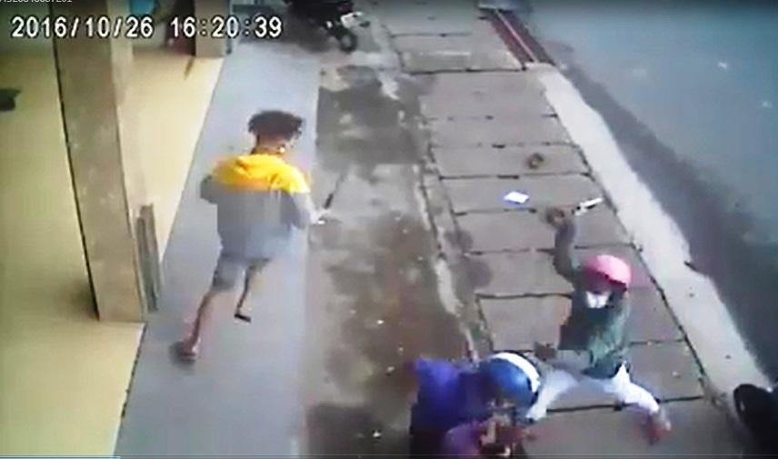 Thanh niên bị nhóm người bịt khẩu trang chém giữa phố - 1
