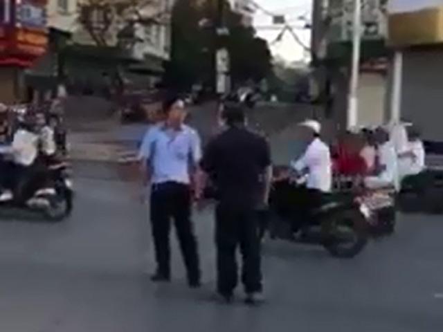 Clip: Va chạm giao thông, 2 người đàn ông đánh nhau giữa phố - 1