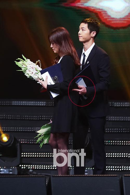 Song Joong Ki ga lăng hết cỡ với Song Hye Kyo trên truyền hình - 2