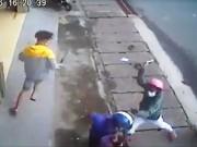 Thanh niên bị nhóm người bịt khẩu trang chém giữa phố