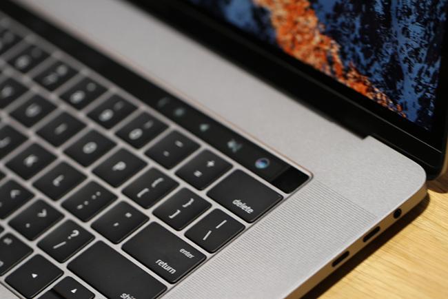 Đúng 0h ngày 28.10 (giờ Việt Nam), Apple đã tổ chức sự kiện giới thiệu sản phẩm mới tại Mỹ. Điểm nhấn trong sự kiện này chính làMacbook Pro phiên bản mới.