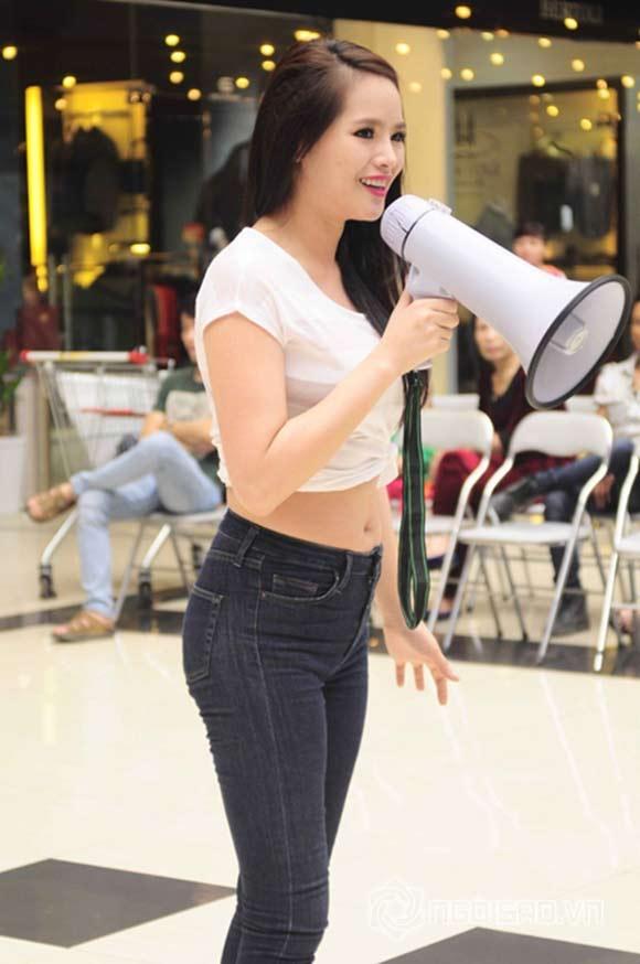 Người mẫu, hoa hậu Việt gây bất ngờ với vòng eo ngấn mỡ - 3