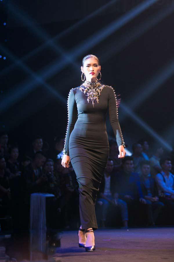 Người mẫu, hoa hậu Việt gây bất ngờ với vòng eo ngấn mỡ - 4