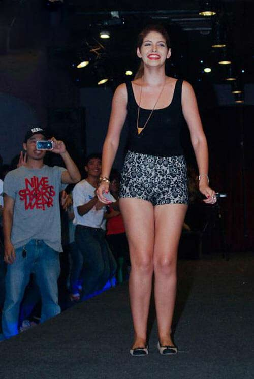 Người mẫu, hoa hậu Việt gây bất ngờ với vòng eo ngấn mỡ - 8