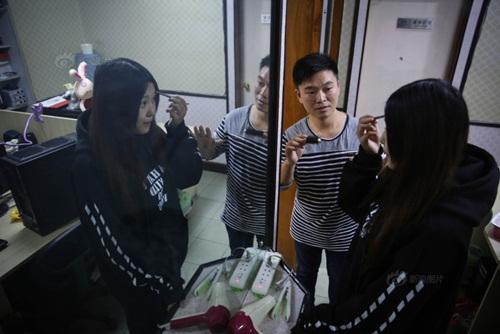 """Chàng trai kiếm bộn tiền nhờ huấn luyện """"hot girl ảo"""" - 6"""