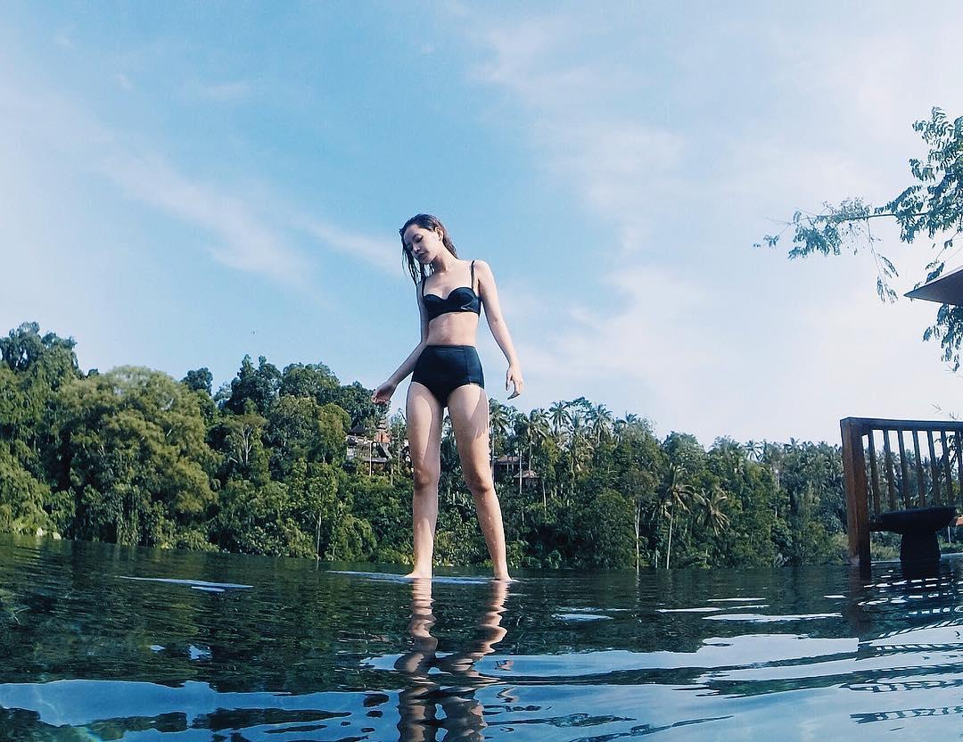 """Chi Pu bất ngờ tung ảnh áo tắm """"nóng từng cm"""" bên hồ bơi - 5"""