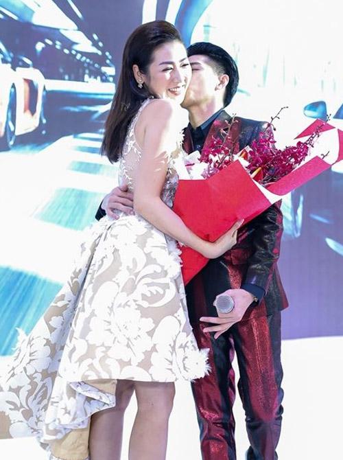 Noo Phước Thịnh ôm hôn người đẹp chốn đông người - 3