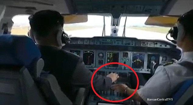 Kim Jong-un trổ tài bắn súng, lái máy bay điêu luyện - 1