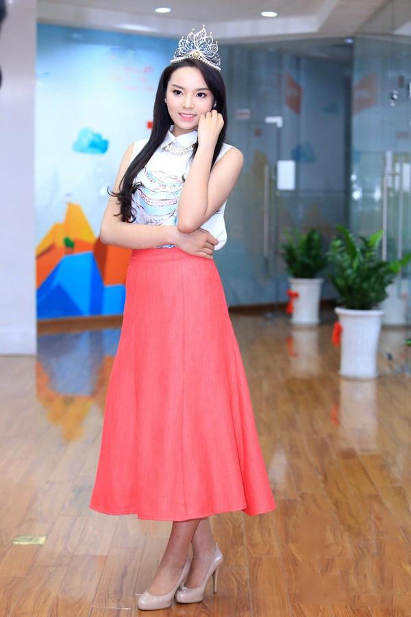 Váy áo xấu lạ của hoa - á hậu Việt khiến fan khó hiểu - 1