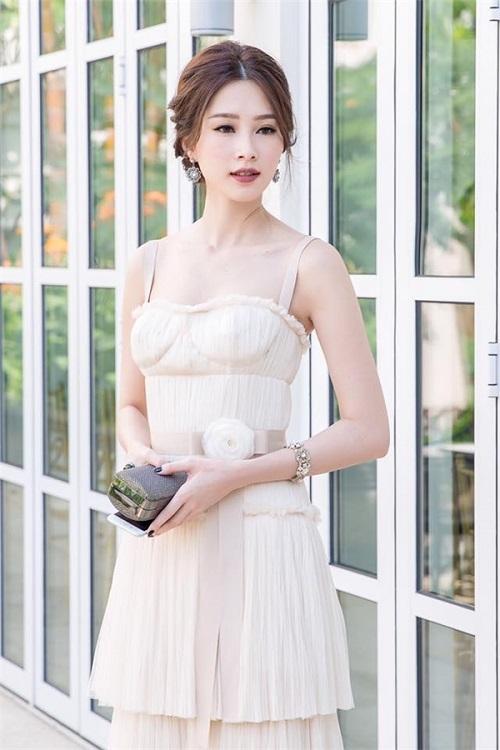 Váy áo xấu lạ của hoa - á hậu Việt khiến fan khó hiểu - 4