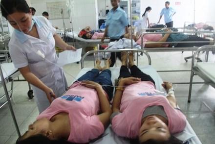 Hàng chục công nhân may tiếp tục ngất xỉu nhập viện - 1
