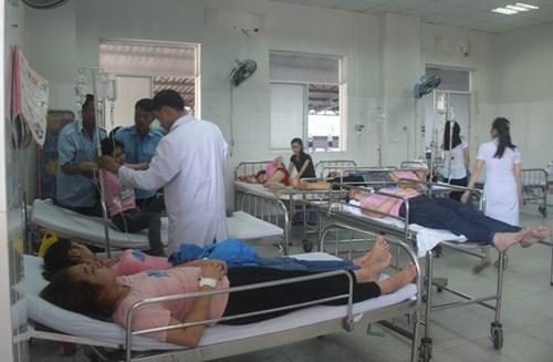 Hàng chục công nhân may tiếp tục ngất xỉu nhập viện - 3