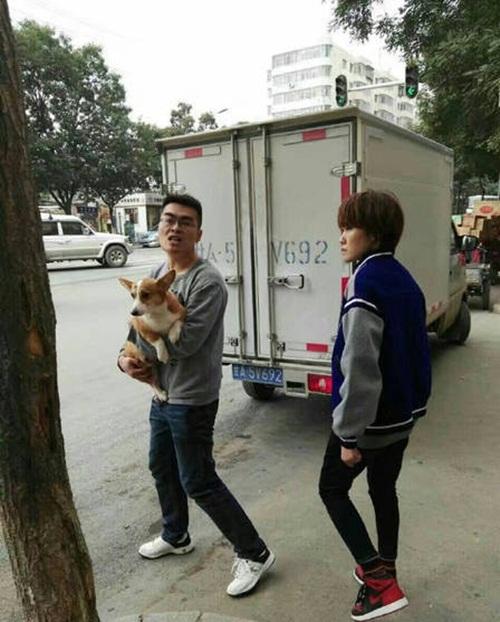 """Thanh niên đánh lao công vì cản chó """"đi bậy"""" ngoài đường - 1"""