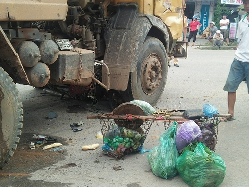 Người phụ nữ bán hàng rong chết thảm dưới gầm xe tải - 1