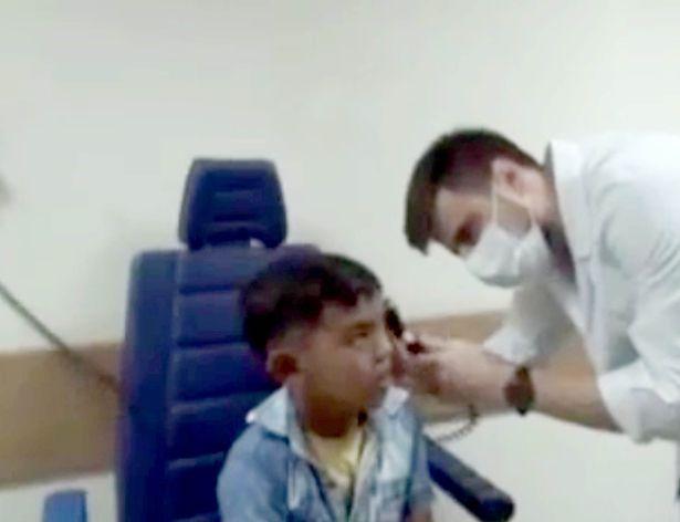 Bác sĩ kinh hoàng gắp ra 14 con dòi trong tai bệnh nhân - 1