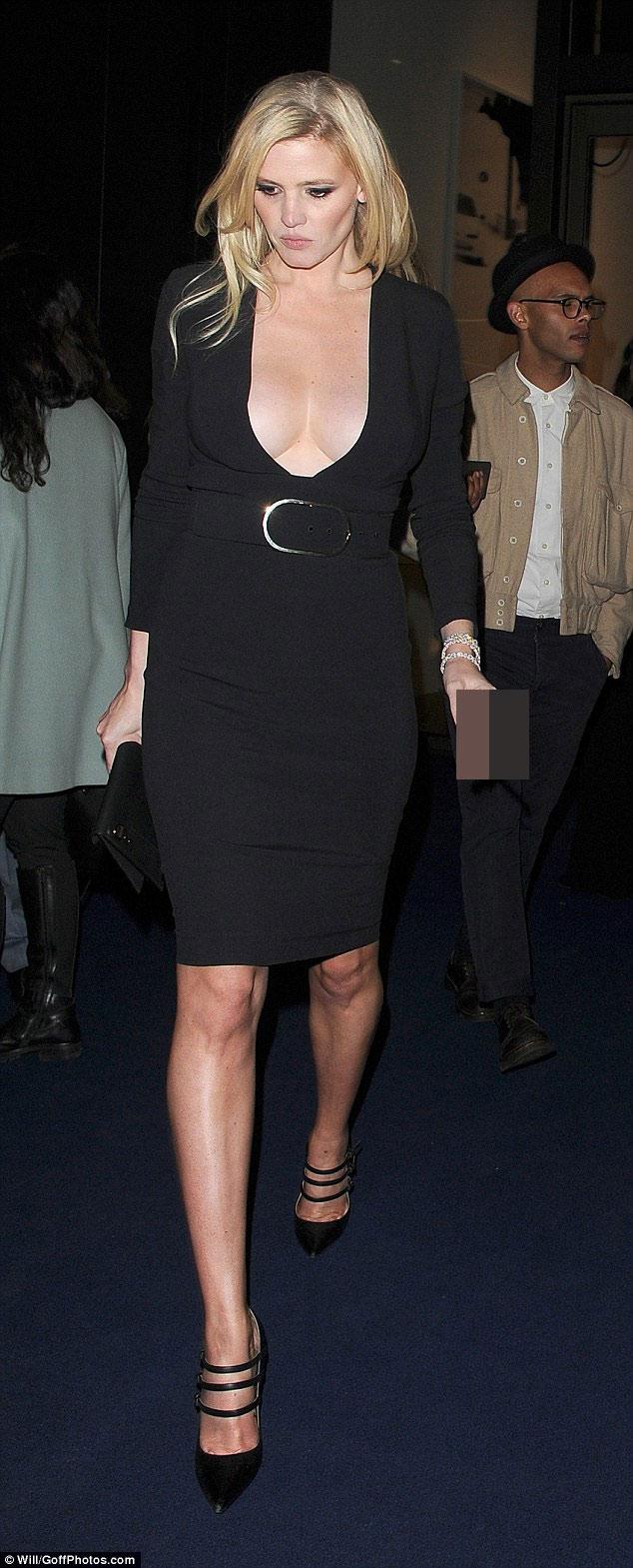 Irina Shayk khoe vòng 1 tự nhiên với váy khoét tận rốn - 4