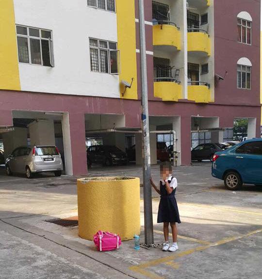 Bé gái Malaysia bị mẹ xích vào cột đèn vì bỏ học - 1