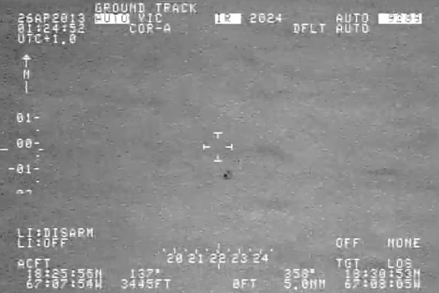 """Video: UFO tách làm đôi """"thoắt ẩn thoắt hiện"""" trên biển - 1"""