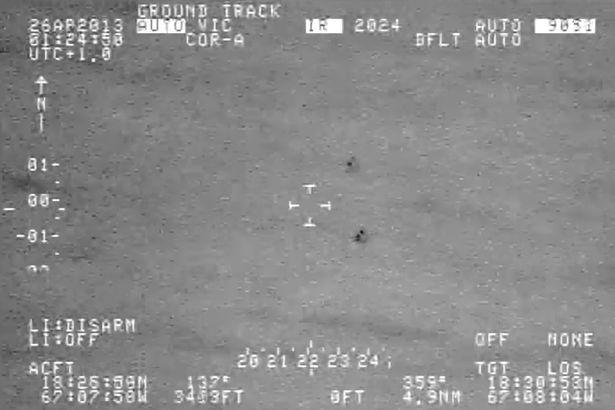 """Video: UFO tách làm đôi """"thoắt ẩn thoắt hiện"""" trên biển - 2"""