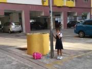 Bé gái Malaysia bị mẹ xích vào cột đèn vì bỏ học
