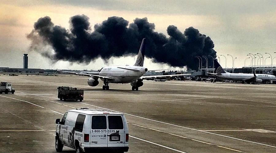 Máy bay chứa 170 người bốc cháy ngùn ngụt tại sân bay Mỹ - 1