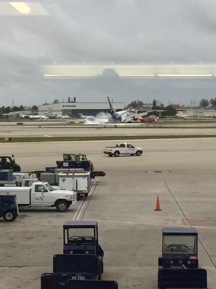 Máy bay chứa 170 người bốc cháy ngùn ngụt tại sân bay Mỹ - 2