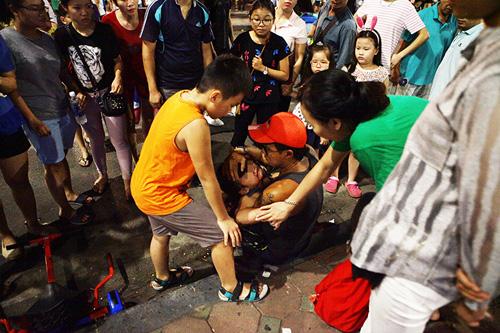 Bé gái ngã chảy máu đầu vì đi xe tự cân bằng ở phố đi bộ Hà Nội - 2