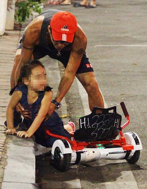 Bé gái ngã chảy máu đầu vì đi xe tự cân bằng ở phố đi bộ Hà Nội - 1