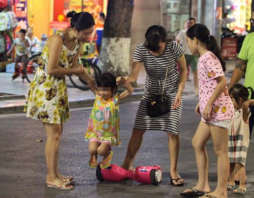 Bé gái ngã chảy máu đầu vì đi xe tự cân bằng ở phố đi bộ Hà Nội - 6
