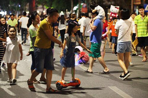 Bé gái ngã chảy máu đầu vì đi xe tự cân bằng ở phố đi bộ Hà Nội - 9